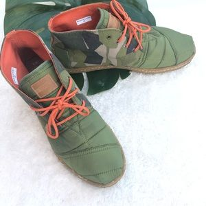 Toms Men Army green Quilted boots Size 9